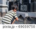 御墓参りをする小学生の男の子 69039750