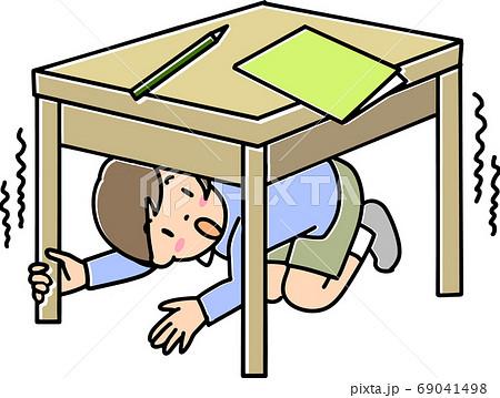 地震のときテーブルの下にもぐる男の子 69041498
