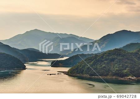美しい入り江と海の見事な自然風景 69042728