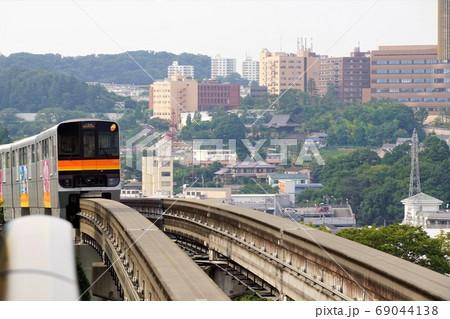 帝京大学のビルをバックに走る多摩都市モノレール 69044138