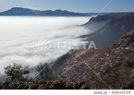 美しい雲海と阿蘇山のカルデラ。熊本県阿蘇市大観峰の絶景。阿蘇くじゅう国立公園 69044230