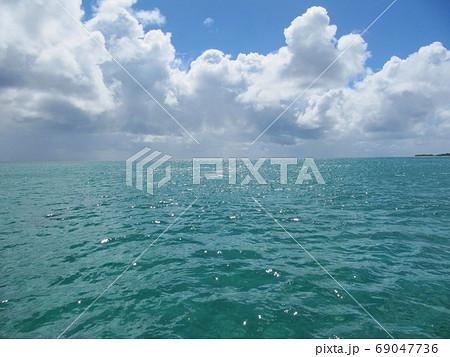 オーストラリアのエメラルドグリーンの海と白い雲 69047736