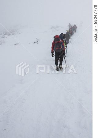 群馬県利根郡みなかみ町にある日本百名山の冬期武尊山の川場ルート上の登山者の行列 69047779
