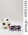 サッカー選手の記念撮影② 縦型 69051593