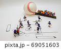 ミニチュア人形の野球試合 69051603