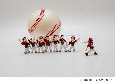 野球ハイタッチを待つチームメイト 69051617