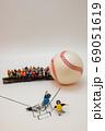 野球のキャッチャーと審判の意見の不一致 縦型 69051619