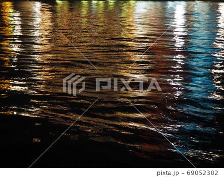 水面に輝く海の夜景・イルミネーション 69052302