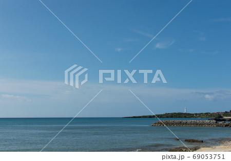 エメラルドグリーンの海と白い灯台 69053751