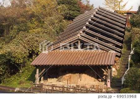 石州焼き登窯-2-幾何学的屋根の美しき風景 69053968