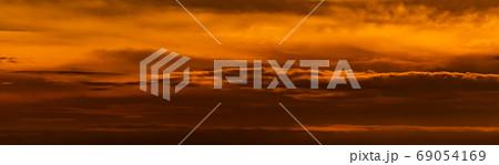 オレンジ色に染まった夕暮れ時の長い雲 69054169