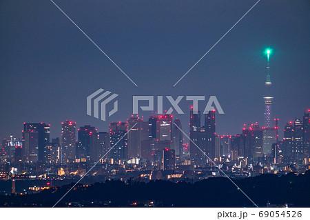 《東京都》東京都市夜景・スカイツリーと新宿副都心 69054526