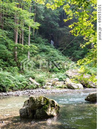 秋川渓谷の滝と清流 北秋川と不動の滝遠景 69055101