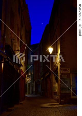 カルカッソンヌ城内のひっそりとした夜の街並み 69064050