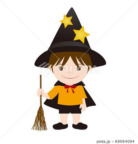 ハロウィン 魔法使いの仮装をしている男の子 69064094