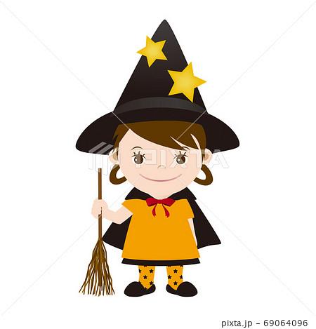 ハロウィン 魔法使いの仮装をしている女の子 69064096