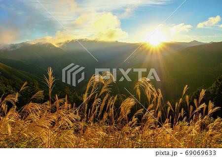 大峰山脈とススキ(奈良県五條市) 69069633