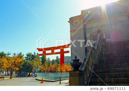 【京都】京都府立図書館と平安神宮大鳥居 69071111