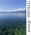 水中、水面と山並みの風景 69076431