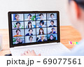 オンライン会議に参加する若い女性社員 69077561