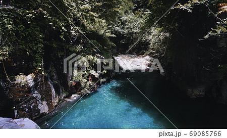 ジャングルのようなエメラルドグリーンの川 69085766