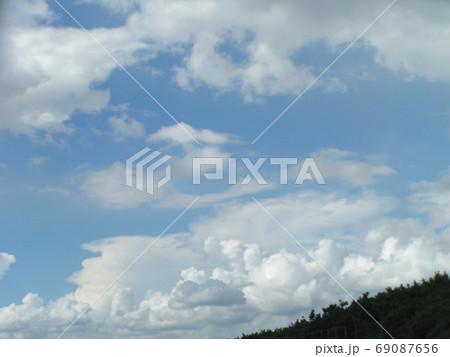 青空と白い雲 69087656