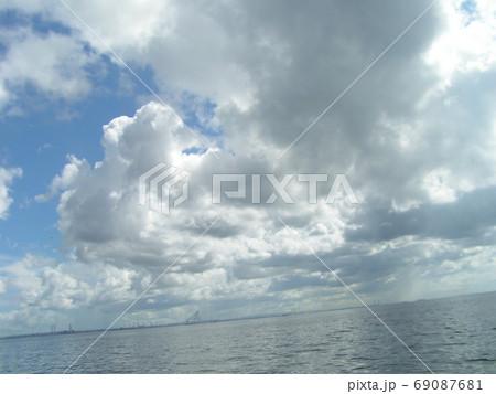青空と白い雲 69087681