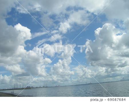 青空と白い雲 69087684