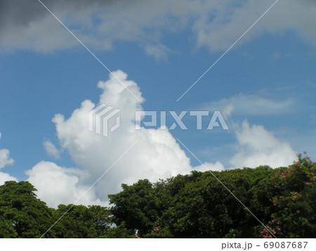 青空と白い雲 69087687
