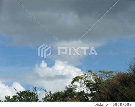 青空と白い雲 69087688