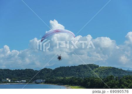 びわ湖上空を飛ぶモーターパラグライダー 69090576