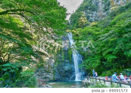 涼しさ満点の真夏の箕面大滝で涼を楽しむ@大阪(水彩画風) 69091573