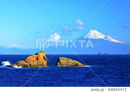 静岡県 西伊豆町雲見から望む富士 69093472