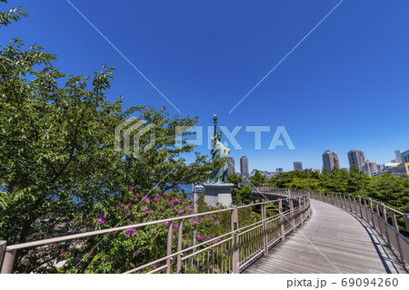 お台場海浜公園の遊歩道と自由の女神像 69094260