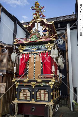 秋の高山祭の彫刻と織物の屋台 69095256