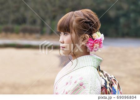 成人式 ポートレイト 着物の女性 イメージ素材 69096804