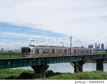 鉄橋を渡るJR東海関西本線の列車(キハ313系)風景 69098958