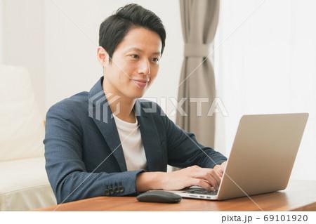 家でテレワーク・リモートワーク・在宅勤務をする日本人男性イメージ 69101920