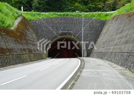 山を突き抜けるトンネルの入り口 高知・龍河洞トンネル 69103708