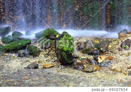 《長野県》軽井沢 白糸の滝に打たれる石 69107654