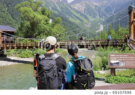 《長野県》上高地 河童橋から穂高連峰を臨む二人 69107696