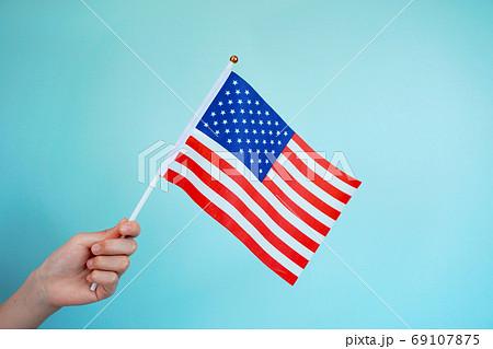 アメリカの国旗を掲げる 69107875