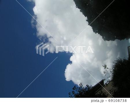 青空と白い雲 69108738