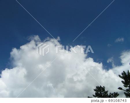青空と白い雲 69108743