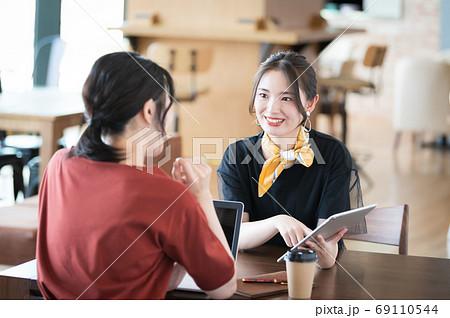 カフェで打ち合わせをする2人の若い女性 69110544