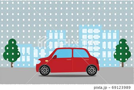 雪の中、都市の道路を進む赤い自動車のベクターイラスト 69123989
