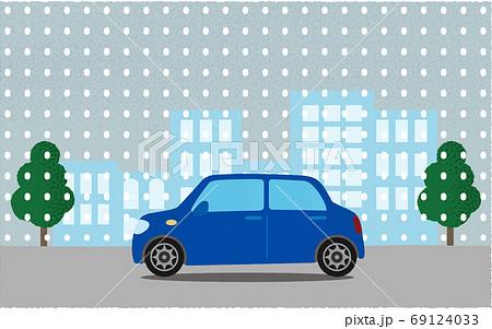 雪の中、都市の道路を進む青い自動車のベクターイラスト 69124033