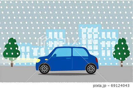吹雪の中、都市の道路を進む青い自動車のベクターイラスト 69124043