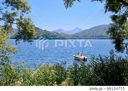 夏の桧原湖と磐梯山(福島県・裏磐梯) 69124755