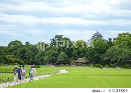 岡山後楽園で 曇り空に日差しを免れ、のんびり着物姿で散策する人々 69128360